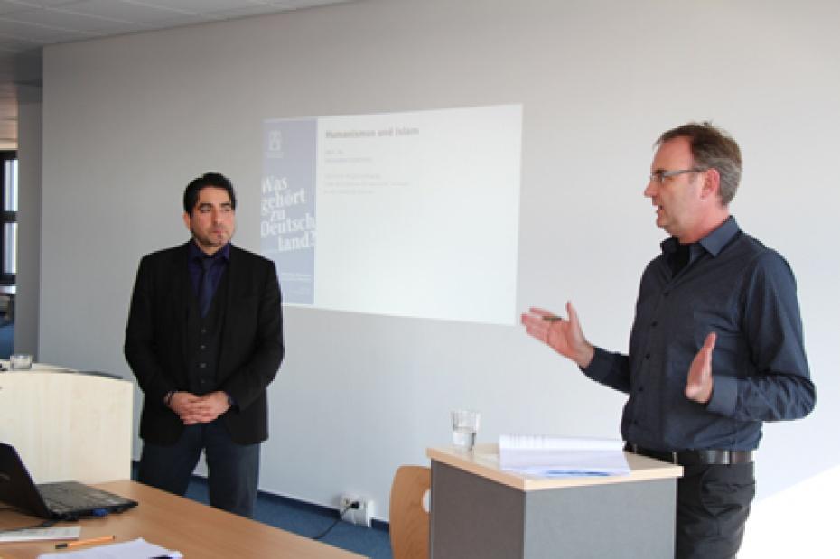 Dr. Ralf Schöppner, Direktor der Humanistischen Akademie Berlin-Brandenburg, (rechts), stellt Prof. Dr. Mouhanad Khorchide vor