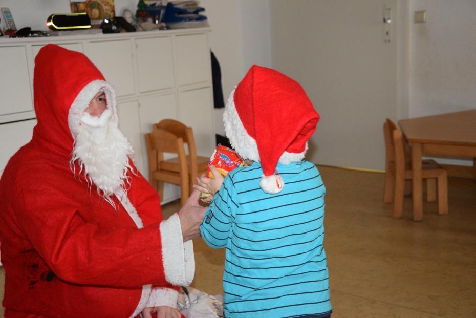 Poch,Poch und plötzlich stand der Weihnachtsmann an der Tür mit einem großen Sack voller Geschenke und die Kinderaugen strahlten.