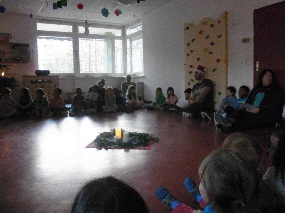 montags werden gemeinsam Weihnachtslieder gesungen