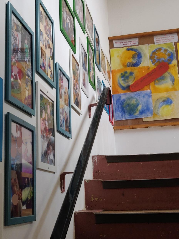 Familienwände im Treppenhaus