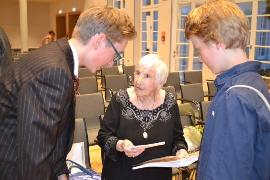 """Großer Dank an Esther Bejarano (Mitte) mit unserem Buch """"Spiel mit Sprache zum Grundgesetz"""", Foto: Cinio Jeschke"""