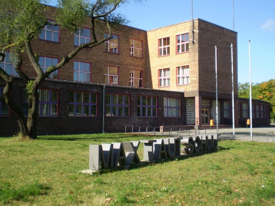 Neue Architektur für neue Inhalte: die in den Jahren 1929-1932 als weltliche Schule errichtete heutige Max-Taut-Schule, Fischerstraße 36 im Bezirk Berlin-Lichtenberg