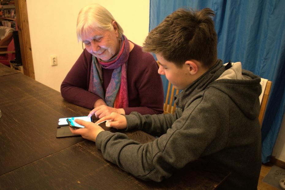 """""""Meine Enkel schicken mir jetzt immer Fotos auf mein Handy. Manchmal skypen wir sogar. Es ist toll, wie ich auch aus der Ferne an ihrem Alltag teilnehmen kann. (Anna P, 73 Jahre)"""