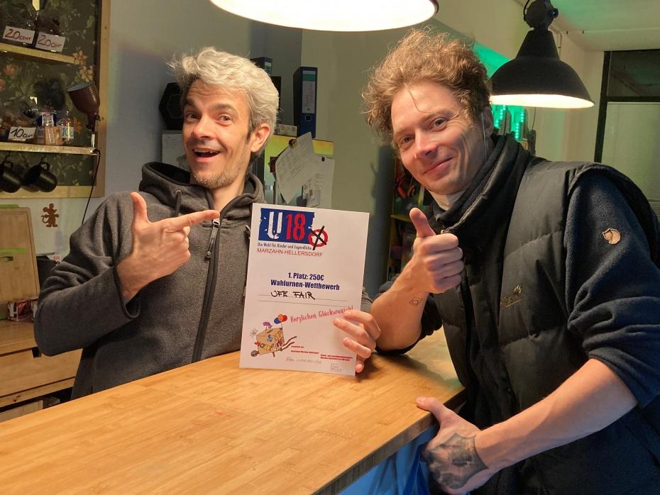 Unsere Mitarbeiter Thomas und Hennig mit der Gewinnerurkunde