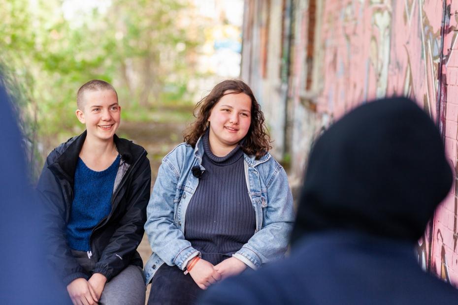 Omeima Baddou (rechts) mit Freundin Karo bei den Jungen Humanist_innen in Weißensee