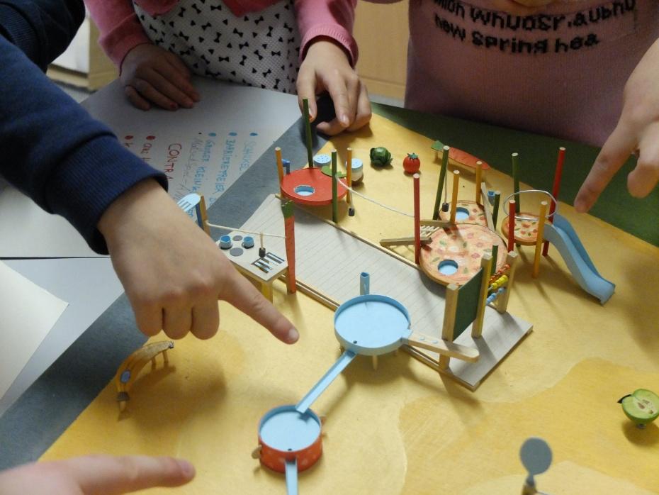 Kinder der Peter-Pan-Grundschule in Marzahn begutachten Spielplatzmodelle