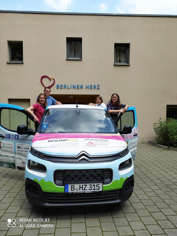 Das gespendete Auto wird dem Hausteam vom Berliner Herz vieles erleichtern, das alltäglich anfällt.