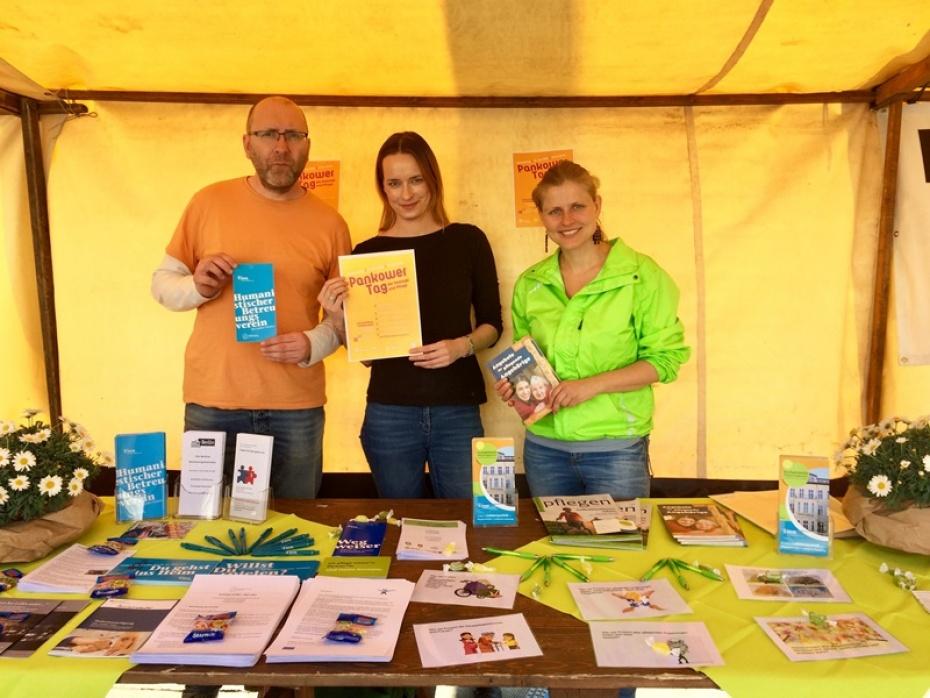 Jens Gehre und Katinka Teetz vom Betreuungsverein Pankow und Bernadette Herbrich von der Kontaktstelle Pflegeengagement