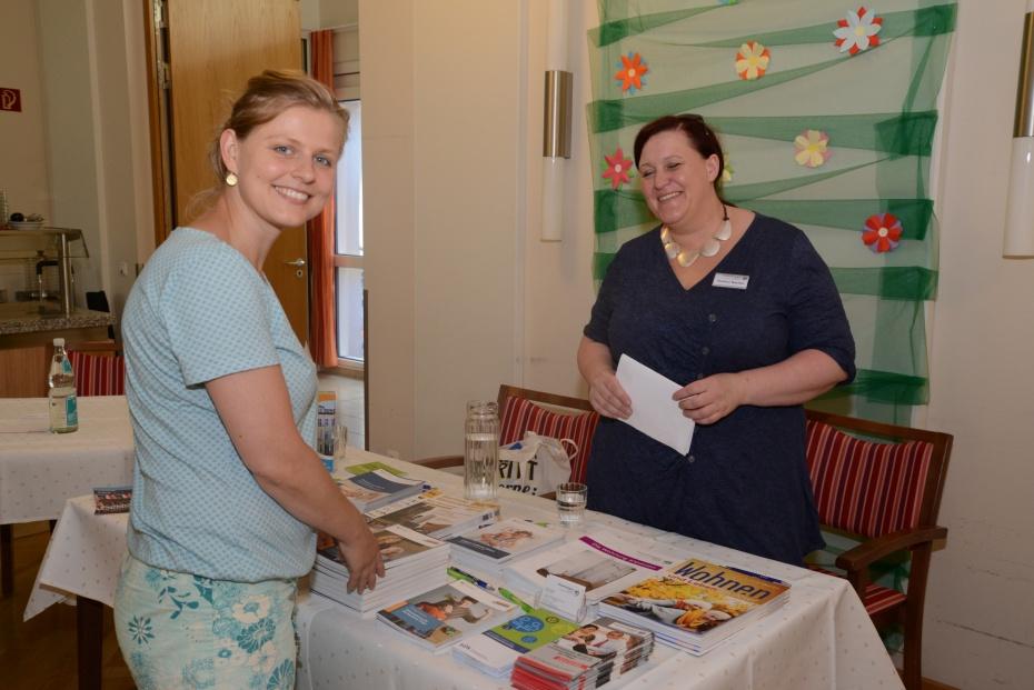 Bernadette Herbrich (Kontaktstelle PflegeEngagement) und Gudrun Becher (Pflegestützpunkt) am Stand