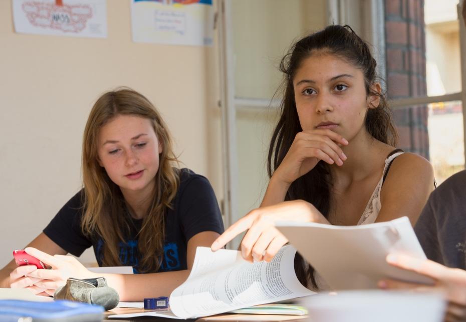 In der Sekundarstufe II diskutieren Schüler_innen über ethische und moralische Werte und deren gesellschaftliche Relevanz.