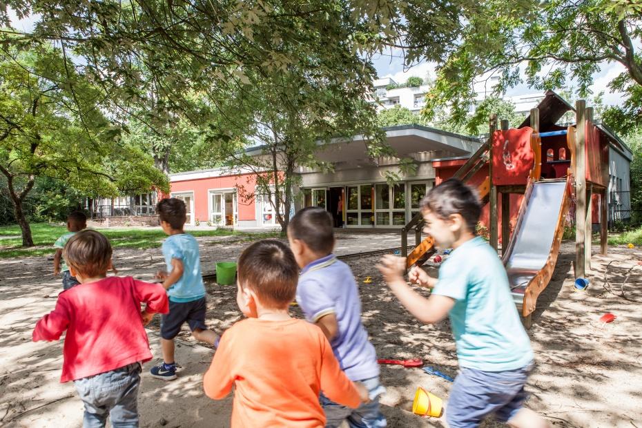 Spielende Kinder in unserer Humanistischen Kindertagesstätte Bornsdorfer Straße in Berlin-Neukölln