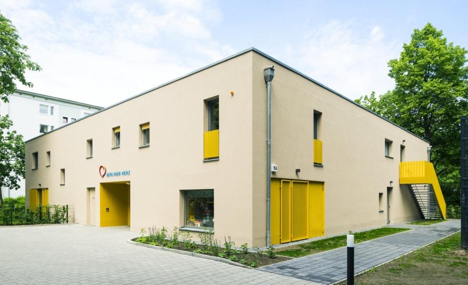 In unserem Kinderhospiz Berliner Herz entlasten wir Familien, Lebensgemeinschaften und Alleinerziehende mit unheilbar erkrankten Kindern in ihrem Alltag