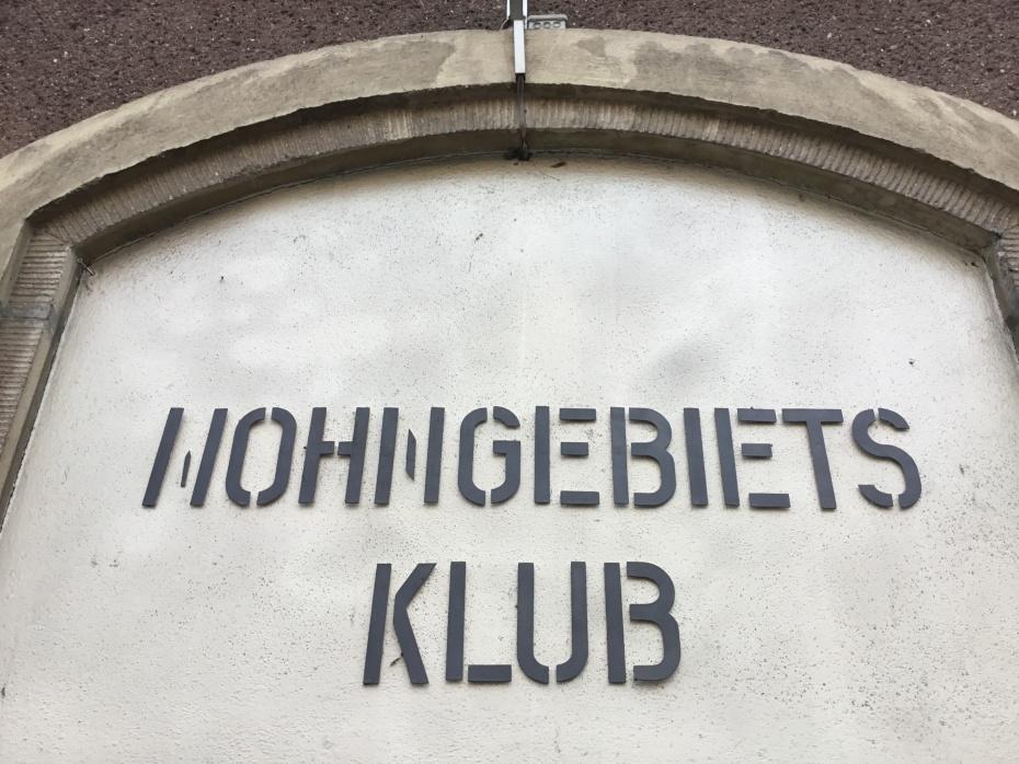 Unter dem Eingangsschild fanden wir ein Stück Geschichte der Torstraße 158.