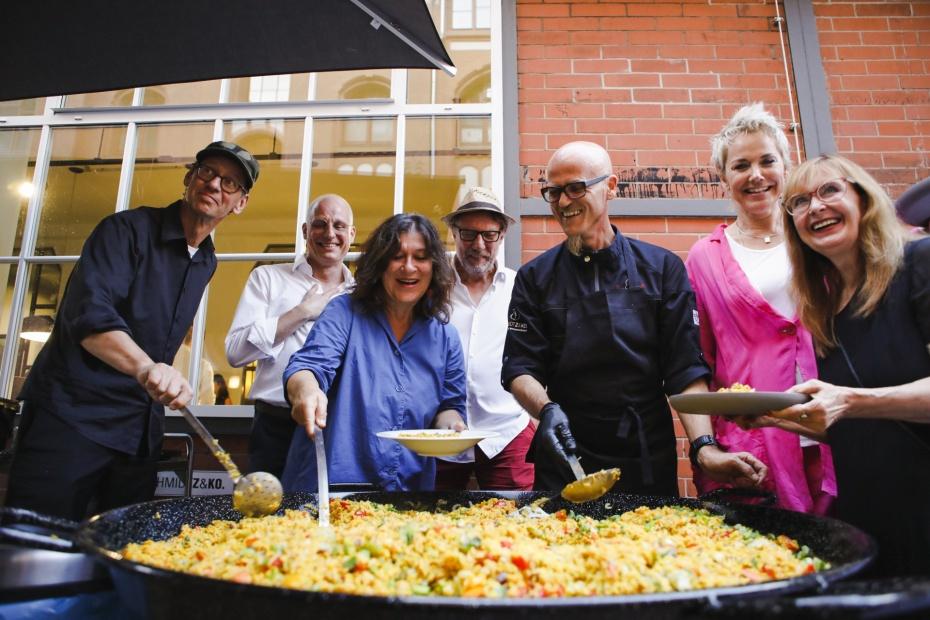 Große Paella-Pfanne, die TV-Koch & Botschafter Ralf Zacherl eigens für den Abend organisierte