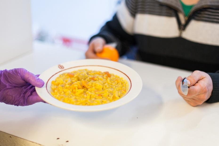 In unserer Obdachloseneinrichtung geben wir täglich drei Mahlzeiten aus, die wir aus gespendeten Lebensmitteln frisch zubereiten.