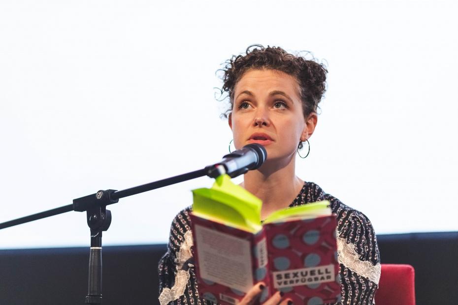 "Caroline Rosales liest aus ""Sexuell verfügbar""."