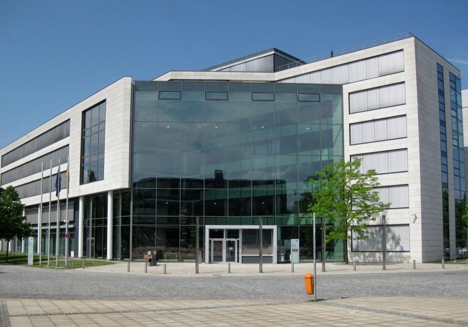Das Bundesinstitut für Arzneimittel und Medizinprodukte in Bonn: Haupteingang, Ansicht vom Robert-Schuman-Platz | Sir James via wikimedia commons