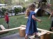 Kinder gestalten ihre Balancierstrecke