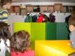 Kinder spielenund führen eine Geschichte mit Handpuppen vor