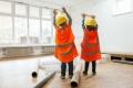 Bauarbeiter und Konstrukteure