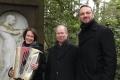Isabel Neuenfeldt, Frank-Rüdiger Berger und David Driese am Grab von Bruno Wille