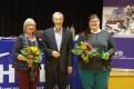 Erwin Kress (mitte)verabschiedet die beiden Beisitzerinnen Christine Höink und Nora Krom