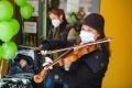 Violinistin Elli Döring begleitete das Ballonsteigen musikalisch.