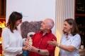 Herr Bernd Kloss übergibt der Kinderhospizleitung seine Spende