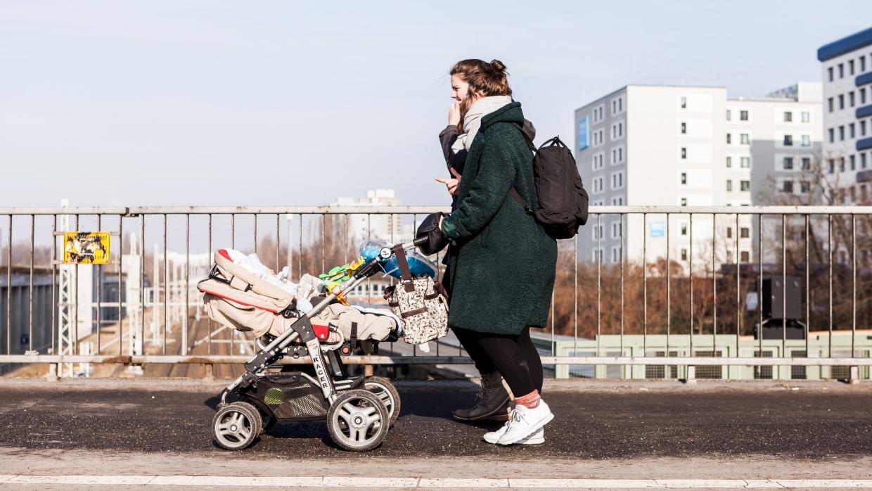 Familienbegleiter_innen begleiten betroffene Familien, Lebensgemeinschaften und Alleinerziehende im eigenen Wohnumfeld stundenweise.
