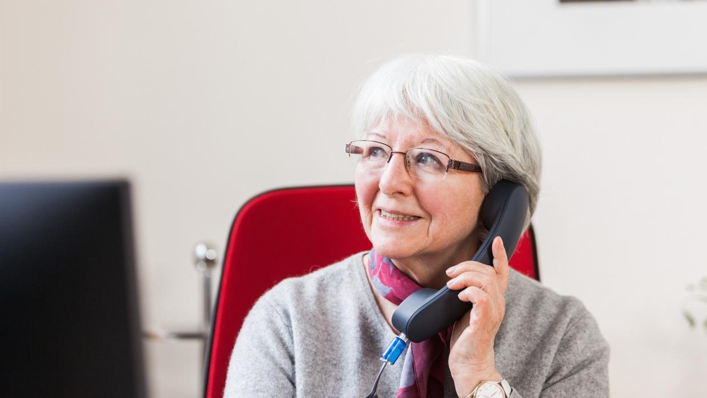 Beim Berliner Seniorentelefon stehen unsere ehrenamtlichen Mitarbeiter_innen zu festen Sprechzeiten als Ansprechpartner_innen zur Verfügung.