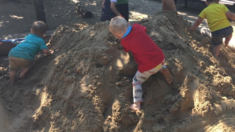 Den Sand verteilen wir selbst und so ein Berg im Sandkasten ist auch was Tolles.