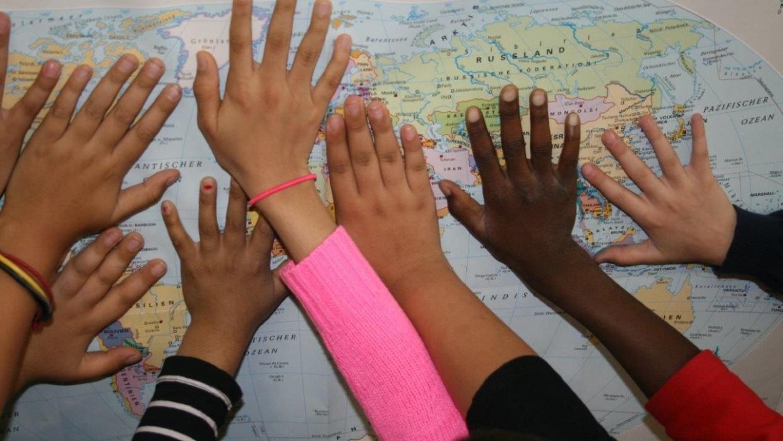 Hände Weltkarte