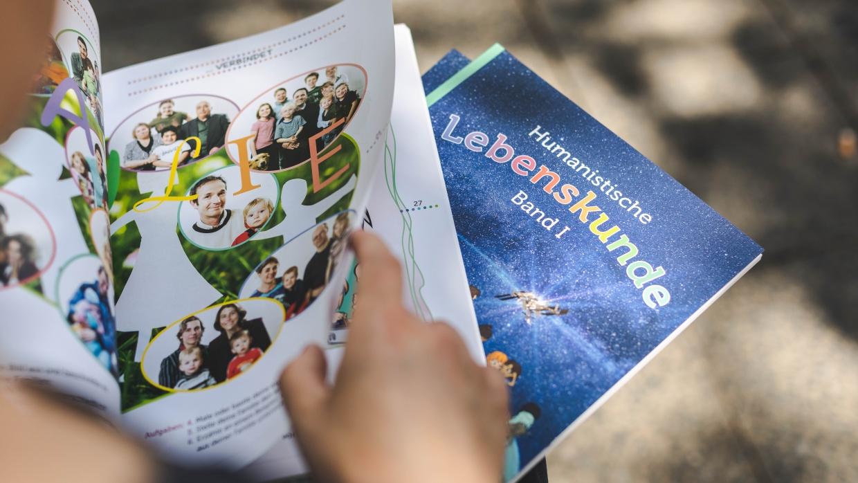 In unserem Schulbuch geht es um Naturzugehörigkeit, Verbundenheit, Gleichheit, Freiheit, Vernunft und Weltlichkeit.