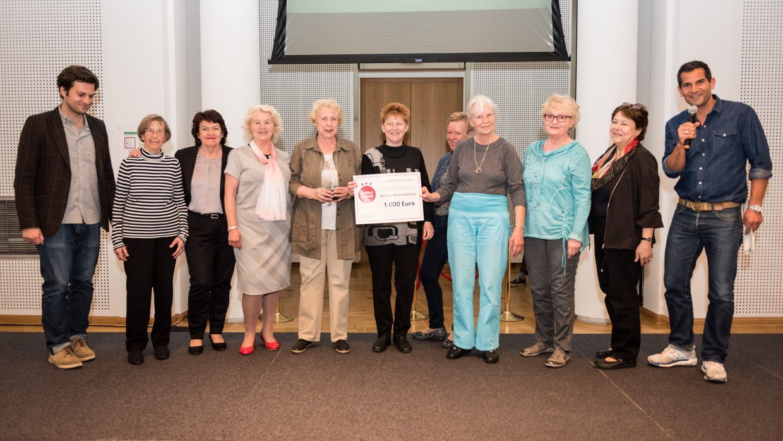 Die Preisträger_innen des Berliner Seniorentelefons mit MdB Petra Pau | Foto: Lars Hübner