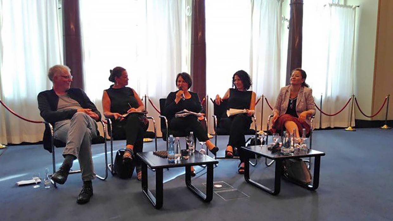 Dr. Thomas Heinrichs im Gespräch mit Regina Kittler (Die Linke), Moderatorin Angelika Kallwass, Bettina Jarrasch (B90/Die Grünen) und Ülker Radziwill (SPD) (v.l.n.r.)
