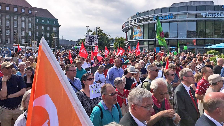 Protestkundgebung des Bündnis für ein weltoffenes und tolerantes Berlin gegen den so genannten Heß-Gedenkmarsch am Rathaus Spandau