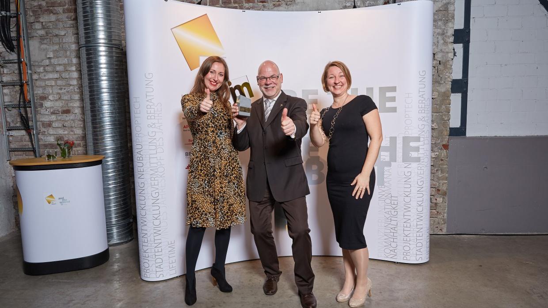 Jasmin Rudolph und Hartmut Stern von der WBM und Katja Labidi vom Humanistischen Verband nahmen den Award entgegen.