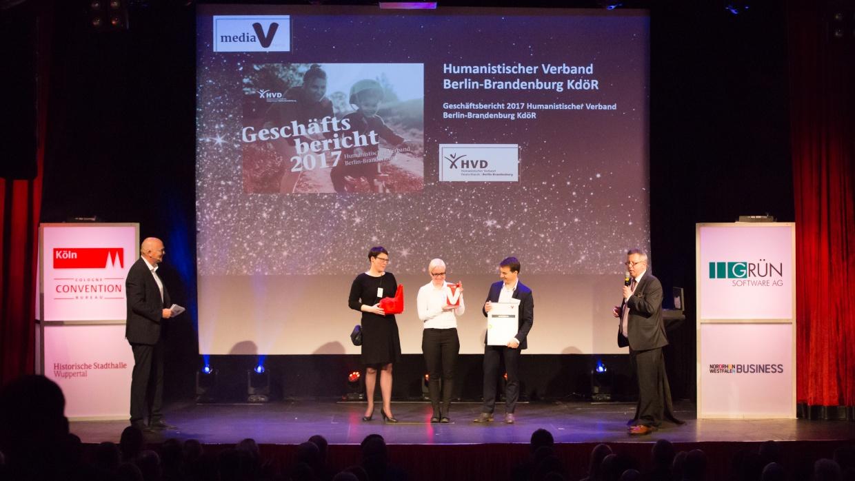 Pressereferentin Sabrina Banze mit der verantwortlichen Grafikerin Susanne Pobbig und Pressesprecher Thomas Hummitzsch (v.l.n.r.) bei der Preisverleihung der mediaV-Awards im Gloria-Theater in Köln