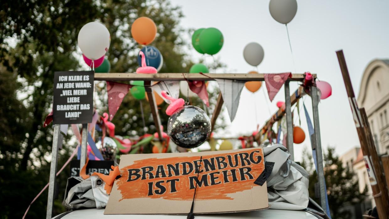 Lautsprecherwagen bei der Demonstration #brandenburgistmehr des gleichnamigen Bündnisses in Königs Wusterhausen
