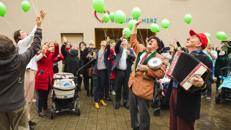 Am Tag der Kinderhospizarbeit 2020 lassen Familien, Gäste und Mitarbeiter_innen des Hospizes Berliner Herz grüne Luftballons steigen.