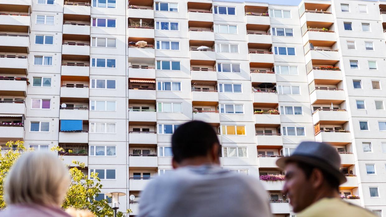 Das Ergebnis des Volksentscheides 'Deutsche Wohnen & Co. enteignen' zeigt deutlich auf, wie sehr die Berliner_innen das Thema bezahlbarer Wohnraum beschäftigt.