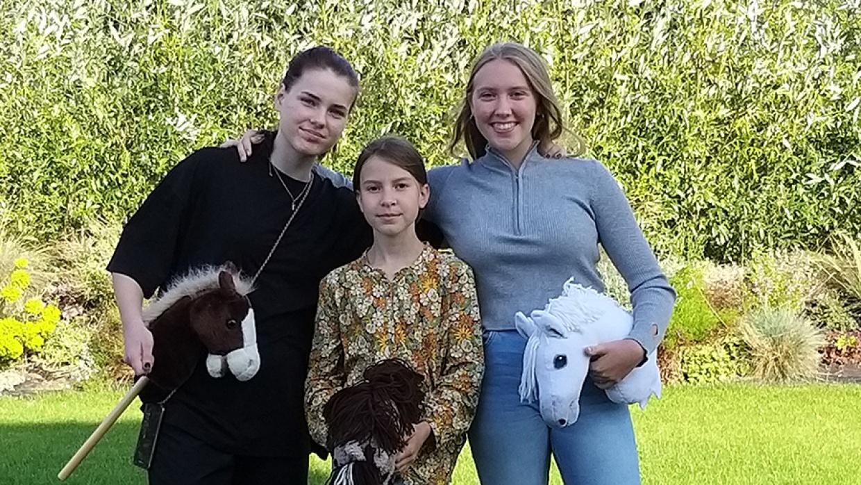 """Ivana (13), Isabelle (11) und Lisann (13) (v.l.n.r.), das Team hinter dem Projekt """"Hobby Horse Challenge"""""""