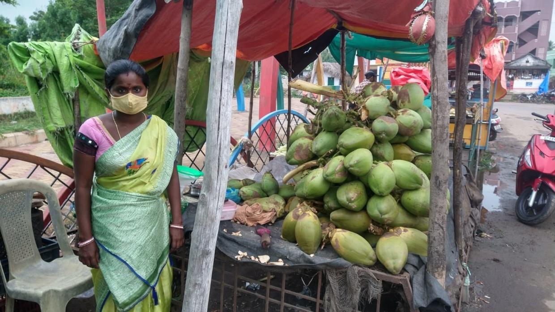 Durch die Bereitstellung von Möglichkeiten zur Beschäftigung - hier der Verkauf von Kokosnüssen - werden Witwen befähigt, für sich selbst zu sorgen.