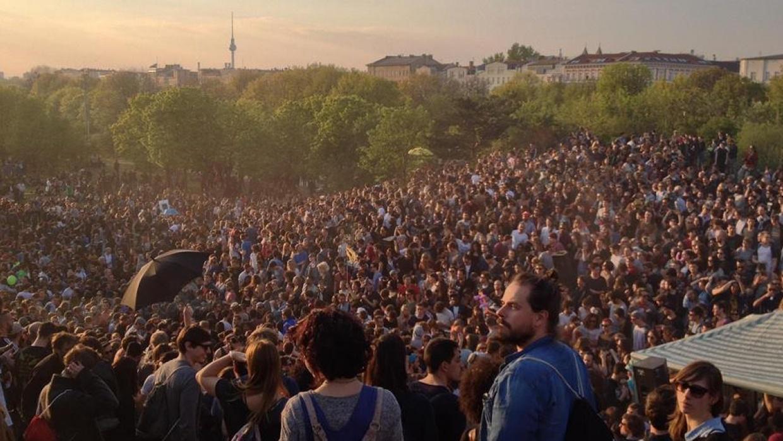 Menschenmenge in Berlin am 1. Mai - auch zur Großdemo #unteilbar werden tausende Menschen erwartet.