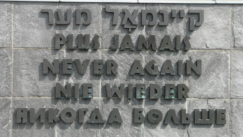 """Inschrift """"Nie wieder"""" des Internationalen Mahnmals der KZ-Gedenkstätte Dachau; Foto: Tafkas (CC BY-SA 3.0)"""