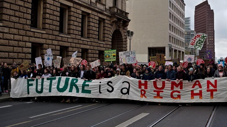 """""""Fridays for Future""""-Demo zum 4. globalen Klimastreik am 29. November 2019 in Berlin; Foto: Leonhard Lenz (CC0 1.0), bearbeitet von Lydia Skrabania"""