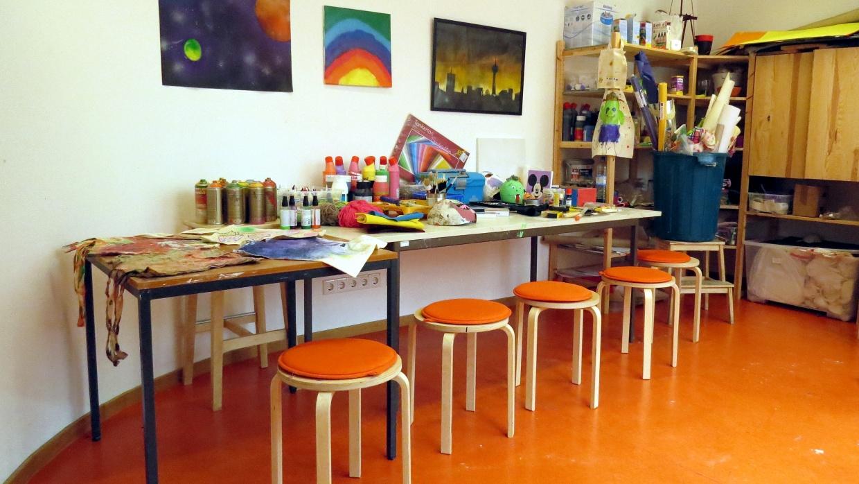 Textilfarben, Windowcolor, Acrylfarben, und Sprühlacke sind alle da und können täglich genutzt werden.