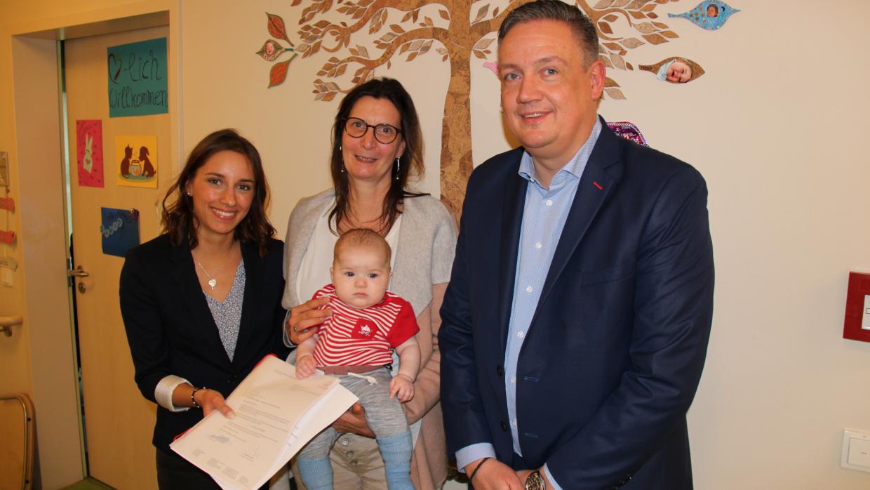 Thomas Black und Deliah Mehnert (l.) übergaben die neue Spende an unsere Pflegedienstleiterin Kathi Bertolini (m.)