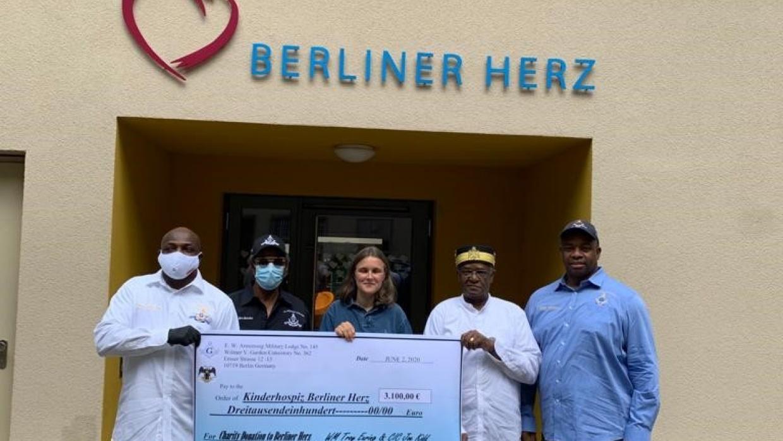 Die Spender der Freimaurer übergeben der Hospizleitung Anke Haase (M.) den Spendenscheck in Höhe von 3.100 Euro