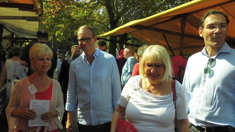 Bürgermeister Michael Müller am Stand mit Carmen Malling